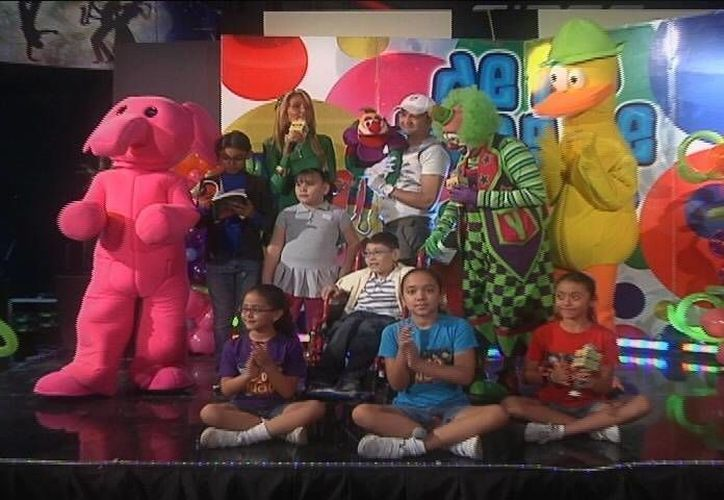 El niño Martín Chi Kumul, al centro en la silla, se mostró muy feliz durante la transmisión del programa. (SIPSE)