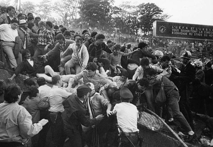 El 29 de mayo de 1985 la historia del fútbol cambió, cuando cientos de hooligans ingleses invadieron un sector de las graderías, este acto costó la vida a 39 personas. (Fotografía: static.guim.co.uk)
