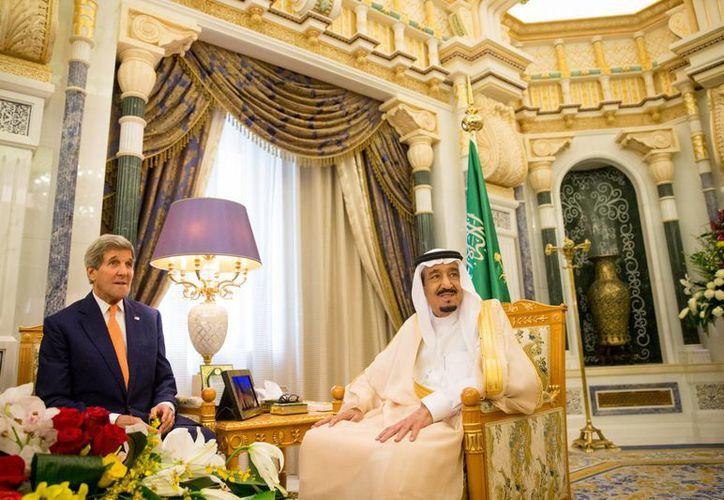 El secretario de Estado norteamericano John Kerry (izq.)a, se reúne con el rey Saalman de Arabia Saudí en el palacio real en Riad. Arabia Saudí anunció un cese de fuego humanitario de cinco días en Yemen. (AP Foto/Andrew Harnik, Pool)