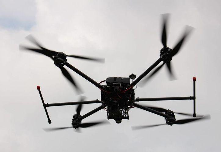 Los drones vigías de tránsito podrían ser una realidad en el futuro cercano. Imagen de contexto de un dron de monitoreo de la Policía Federal de México diseñado por estudiantes de la Universidad Iberoamericana. (Notimex)