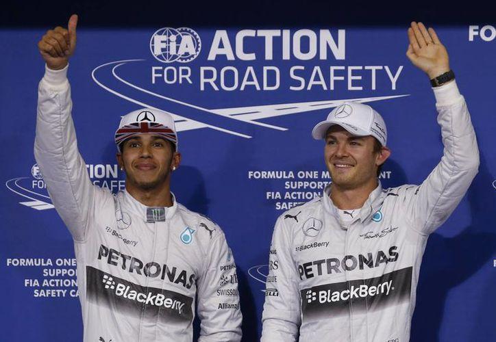 Nico Rosberg (d) consiguió en Abu Dabi su pole número 11 en lo que va de la temporada, pero todavía debe hacer un último esfuerzo para arrebatarle a Lewis Hamilton (i) el título de campeón mundial de Fórmula Uno. (Foto: AP)