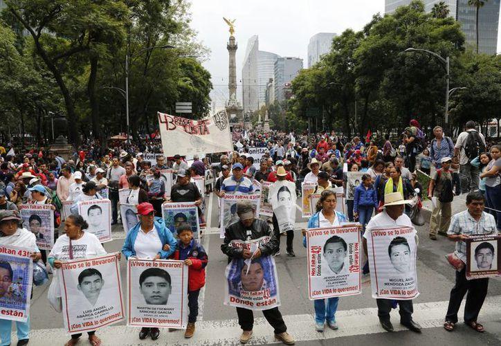Aspecto de la marcha por el segundo aniversario de la desaparición de 43 estudiantes de la Normal de Ayotzinapa, Guerrero, el 26 de septiembre de 2016, en la Ciudad de México. La CIDH anunció que en noviembre regresa a dar seguimiento al caso. (Foto archivo AP/Marco Ugarte)