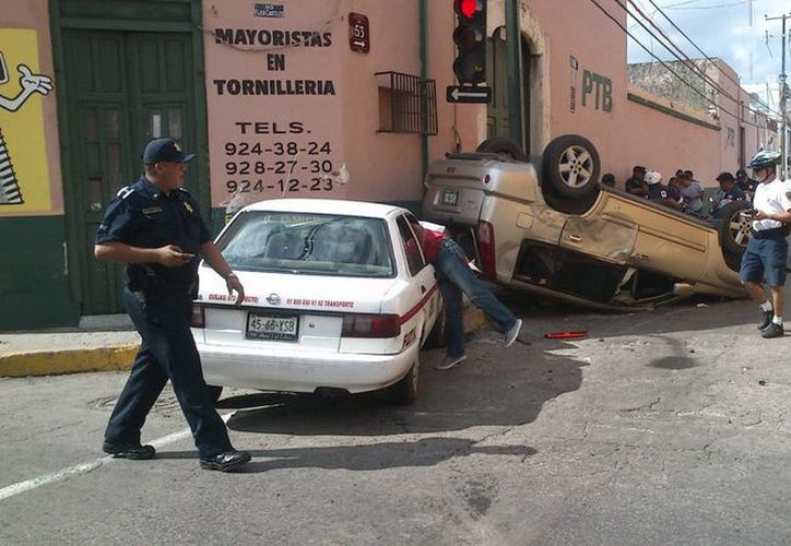 Imagen del accidente en céntricas calles de Mérida: un taxista chocó a una camioneta y provocó que ésta se volcara. (Milenio Novedades)