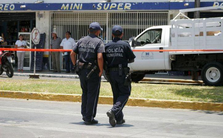 Los operativos a pie representan el arma estratégica de la policía municipal en las colonias más conflictivas. (Harold Alcocer/SIPSE)