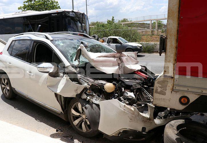 El impacto fue brutal, lo que se reflejó en los daños que tuvo al frente el vehículo. (Jorge Pallota/SIPSE)