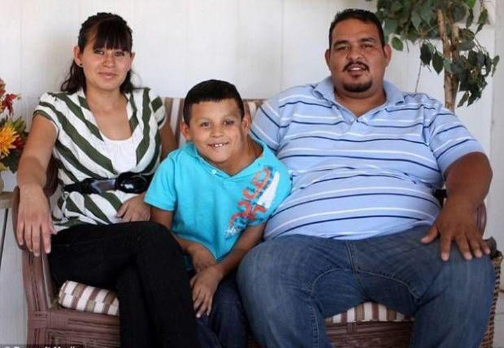 José, con sus padres Cindy y José, en imagen de 20013, cuando se comenzó a difundir su caso. Por entonces ya recibían ayuda económica de una iglesia bautista en Rio Rancho, Nuevo México. (Foto: Barcroft Media/www.sdpnoticias.com)