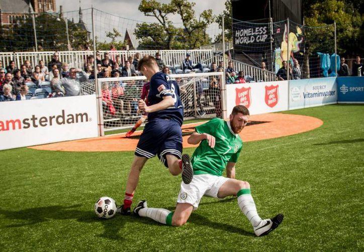 Enfrentamiento de dos jugadores de Escocia e Irlanda durante el Mundial para los sin techo (Homeless World Cup)(elpais.com)