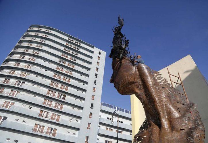"""Gracias en parte a la nueva apertura entre Cuba y EU, el joven artista cubano Arles del Río, vendió una de sus piezas por 11,875 dólares, 42 veces más que el salario anual del trabajador promedio de la isla. En la imagen, la escultura ¨Primavera"""". (AP)"""