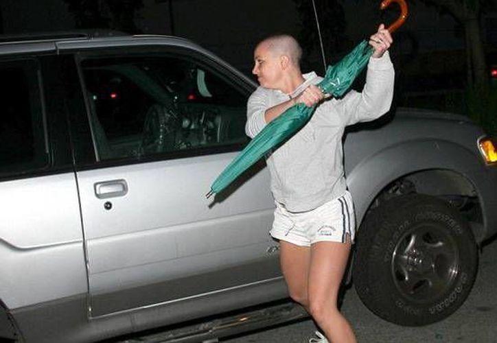 La cantante Britney Spears atacó con un paraguas al paparazzi Daniel Ramos, quien le había tomado una serie de fotografías comprometedoras. (Archivo/AP)
