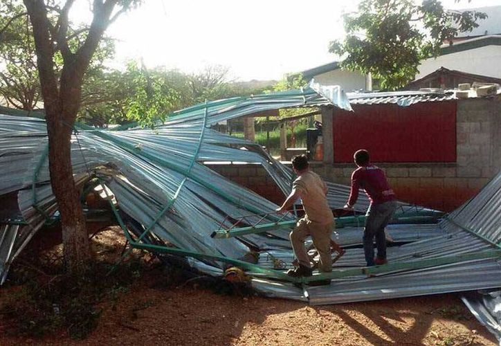 Decenas de localidades oaxaqueñas se quedaron sin servicio eléctrico por las intensas rachas de viento. (Excélsior)