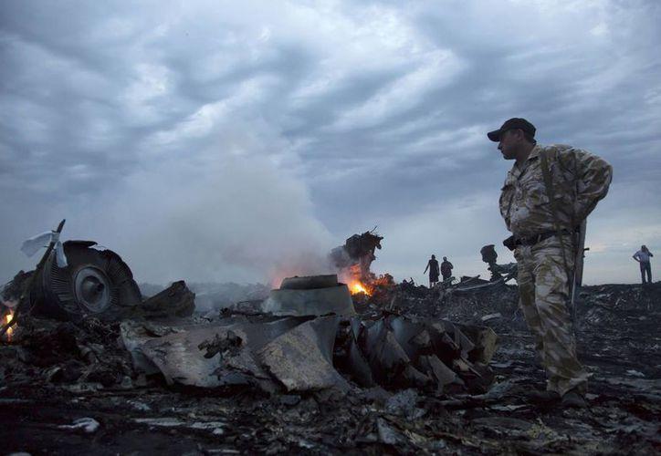 Imagen de archivo que muestra los escombros del avión de Malaysia Airlines que se estrelló en Ucrania en julio de 2014. (Agencias)