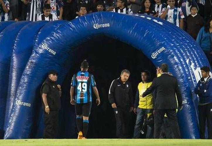 Ronaldinno, sacado en el primer tiempo del primer partido semifinal entre Pachuca y Querétaro, molesto se largó del estadio Hidalgo, pero hoy se disculpó. (Mexsport.com)