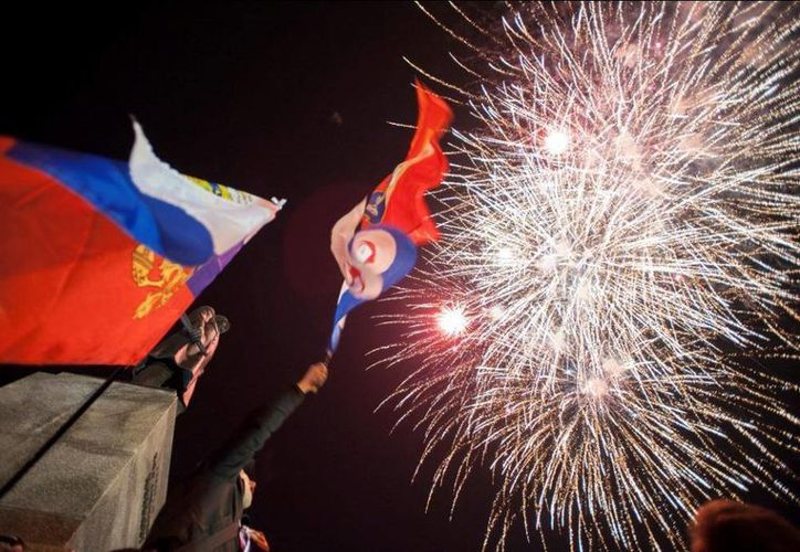 Crimea festejó con fuegos artificiales su anexión oficial a la Federación Rusa. (Agencias)