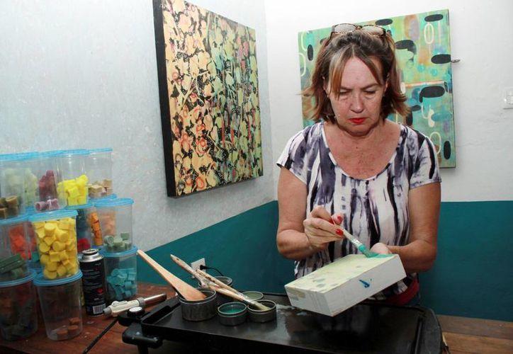 Originaria de Nueva Orleans, Benne Rocket se estableció en Mérida en donde realiza obras artísticas a base de cera de abeja. (Jorge Acosta/Milenio Novedades)