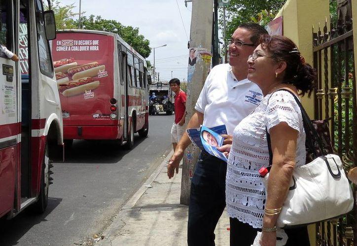 Víctor Hugo Lozano Poveda, candidato del PAN a diputado por el IV Distrito federal, ofrece impulsar la propuesta de Transporte Inteligente de Mérida. (SIPSE)