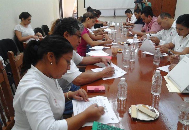 Los trabajadores de la Comuna contestaron el cuestionario. (Tomás Álvarez/SIPSE)