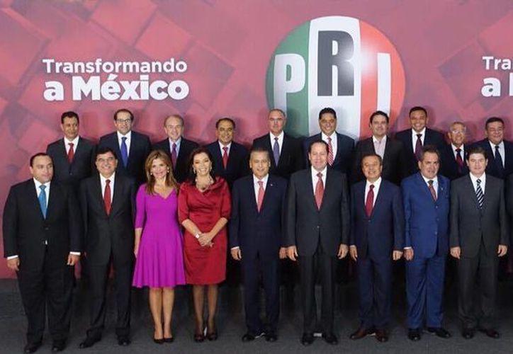 Los gobernadores en funciones y electos priistas arroparon al nuevo dirigente nacional del partido, Manlio Fabio Beltrones. (Facebook/Manlio Fabio Beltrones)