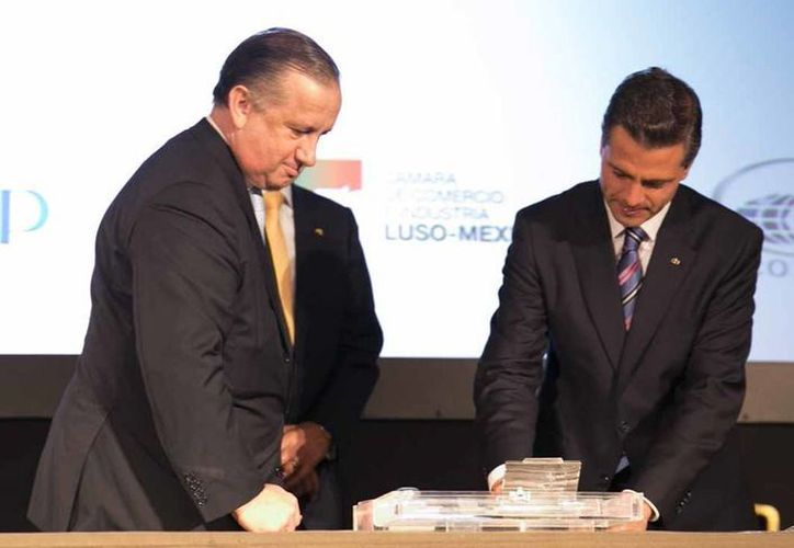 Aníbal Cavaco Silva y Enrique Peña Nieto firman un sello que conmemora el 150 aniversario de las relaciones diplomáticas entre México y Portugal. (presidencia.gob.mx)