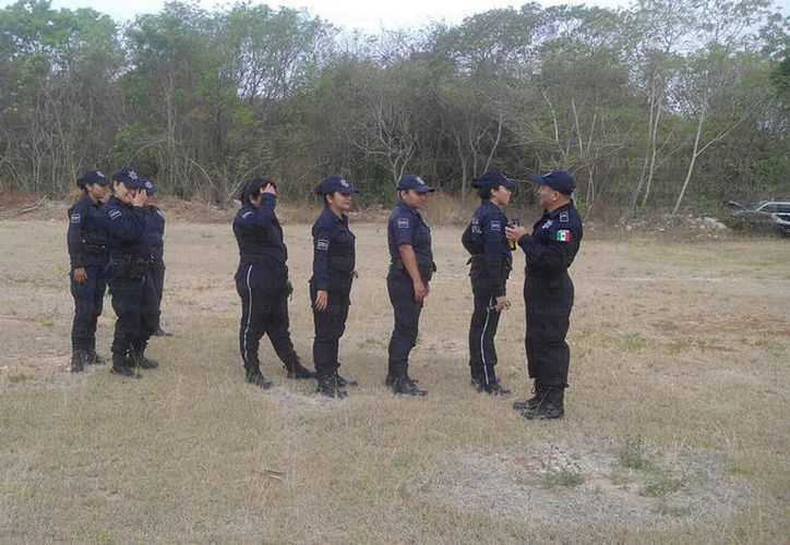 Las cadetes y policías reciben adiestramiento básico de arme y desarme, defensa personal y ataque. (Foto: David de la Fuente)