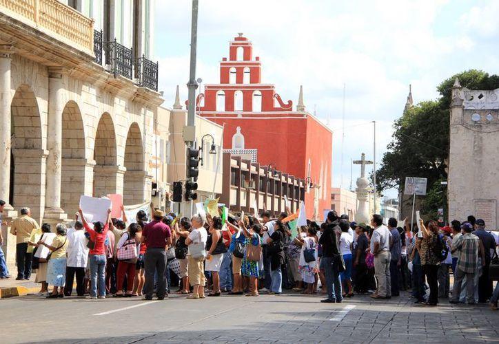 Protestaron a las puertas del Palacio de Gobierno.  (José Acosta/SIPSE)