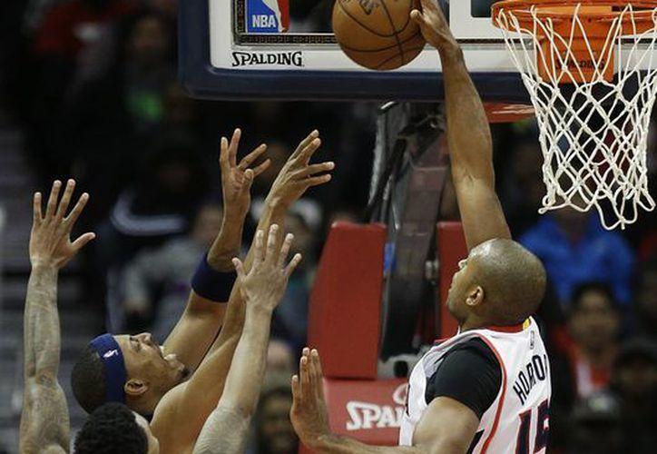 Al Horford de los Hawks de Atlanta tapa un tiro de Paul Pierce de los Wizards de Washington. (AP Foto/David Goldman)