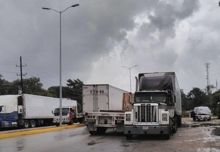 La salida a Valladolid, no cuenta con banquetas para dar seguridad al peatón. (Sara Cauich/SIPSE)
