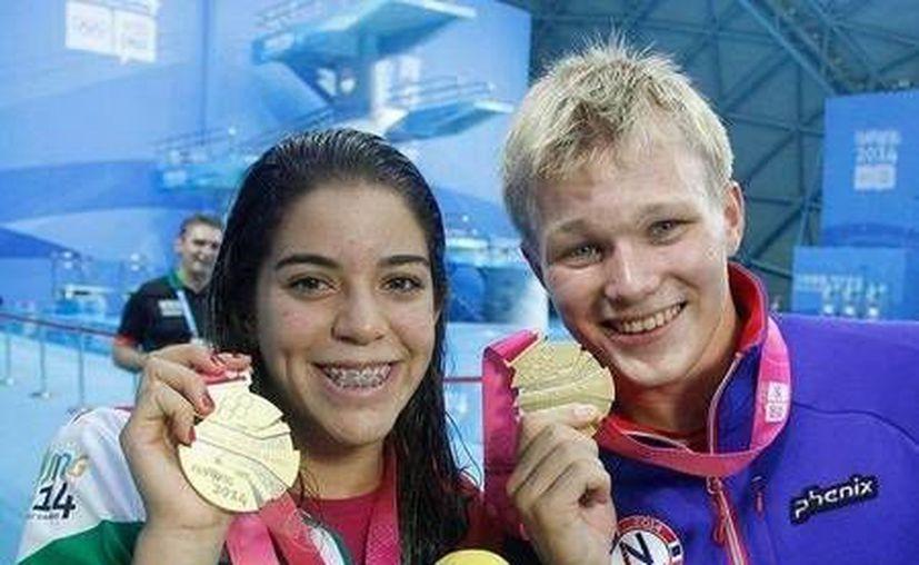 La mexicana Alejandra Orozco y el noruego Daniel Jensen celebran la medalla de oro conseguida de manera conjunta en Nanjing. (Fotos tomadas del Twitter de la Conade)