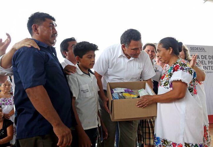 Las despensas del Programa Nutricional Integral, que entregó este lunes el Gobernador de Yucatán en Tixcacalcupul, de entrada sirven a menores, pero también a mujeres embarazadas, madres lactantes y adultos mayores. (Foto cortesía del Gobierno estatal)
