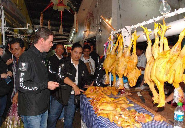 El titular de la Profeco supervisó las acciones para lograr reducir precios a artículos de primera necesidad en zonas de desastre en Guerrero. (Notimex)