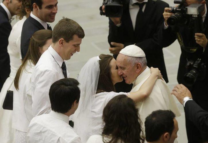 El Papa Francisco saluda a parejas de recién casados en el aula Paulo VI en el Vaticano, el miércoles 5 de agosto de 2015. (Agencias)