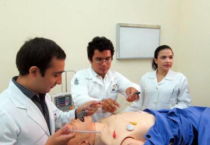 Aspiran a cursar la carrera de Medicina dos mil 200 alumnos. (Milenio Novedades)