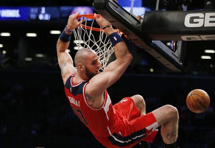Marcin Gortat fue el jugador más importante de Washington en la victoria sobre Nets al conseguir 25 puntos, con siete rebotes y un robo de balón. (AP)