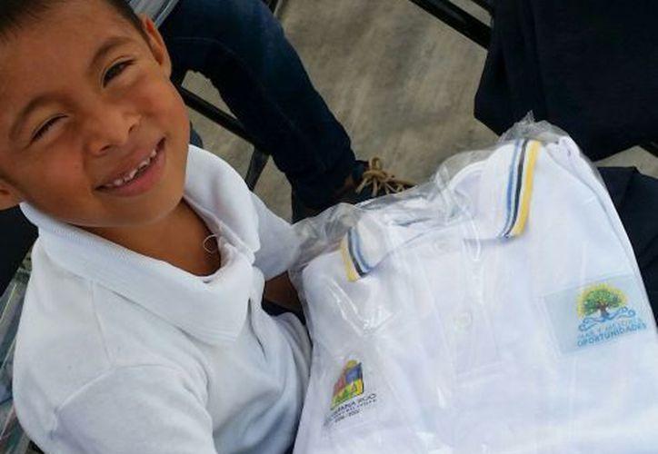 Padres de familia denuncian que les piden dinero a cambio de los uniformes escolares oficiales. (Redacción/SIPSE)