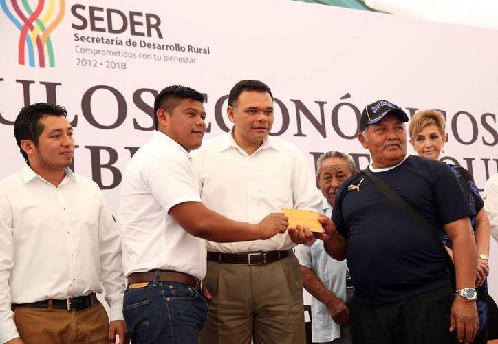 Productores reciben apoyos de manos del gobernador Rolando Zapata Bello para continuar con sus proyectos. (Milenio Novedades)