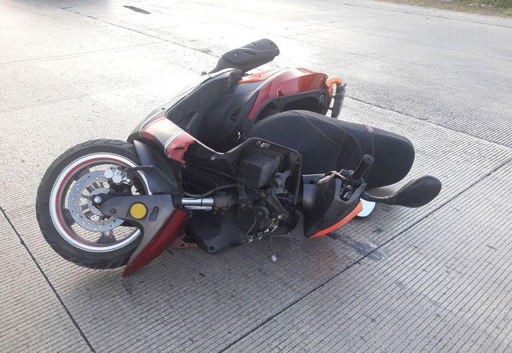 Perdió la vida un motociclista que transitaba a exceso de velocidad en su motoneta Italika roja. (Redacción/SIPSE).