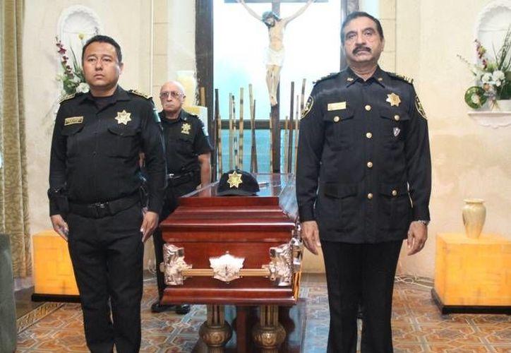 El comandante Luis Felipe Saidén Ojeda encabezó la primera guardia de honor ante el féretro del comandante Juan Puerto Rodríguez. (SIPSE)
