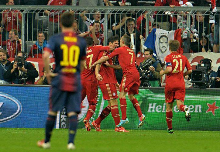 Jugadores del Bayern celebran uno de los tantos ante la mirada incrédula de Lionel Messi. (Foto: Agencias)