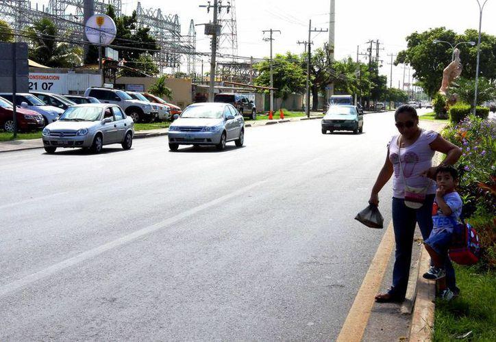 Los peatones tienen problemas para atravesar las calles principales de Mérida. (SIPSE)