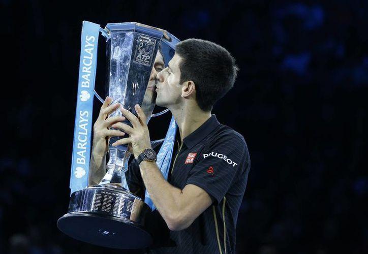 Djokovic se aseguró terminar como tenista número en el ranking mundial aún antes de la final de la Copa Masters de la ATP, que aquí besa.