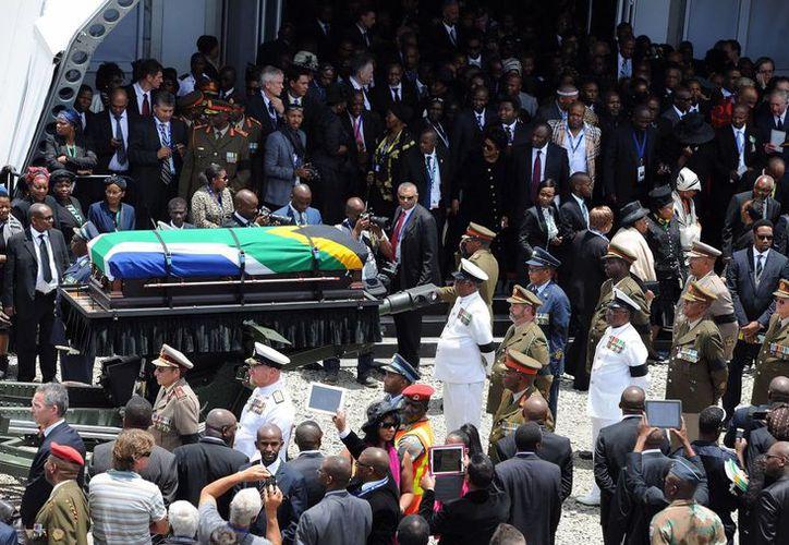 Traslado del féretro con los restos de Mandela durante su funeral en Qunu, donde creció y donde también fue enterrado. (Agencias)