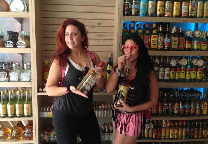 Bianca Evangelista y Jessica Santis, de origen canadiense, vistan la Riviera Maya; antes estuvieron en República Dominicana.  (Yesenia Barradas/SIPSE)
