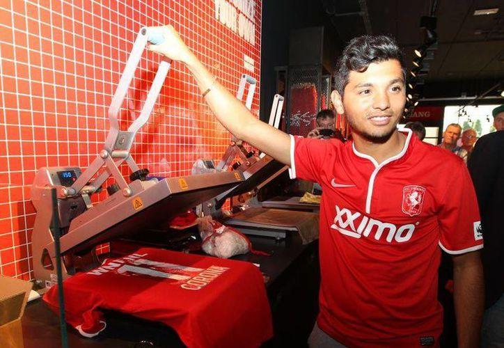 Tecatito se dio el gusto de imprimir su numero y apellido en la playera que usará con el equipo holandés. (fctwente.nl)