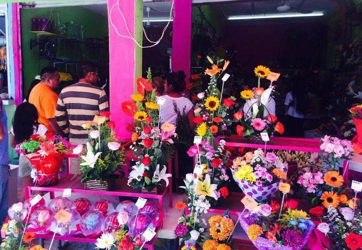Desde muy temprano se vio a personas vendiendo flores de distintos colores y olores en el Mercado 23. (Amaury Rodríguez/SIPSE)