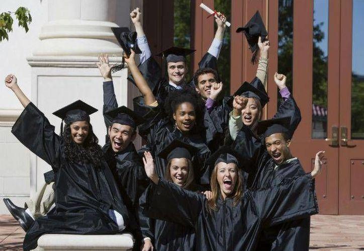 Aproximadamente un tercio de todos los graduados permanecen subempleados durante la mayor parte de sus carreras. (dineroenimagen.com)