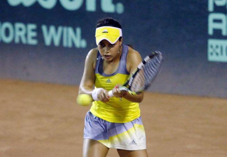 Renata Zarazua, una de las mexicanas calificadas a semifinales en la Copa Mundial Yucatán de tenis, viene de eliminar a una jugadora húngara, pero hoy enfrentará a otra de ese país. (Milenio Novedades)