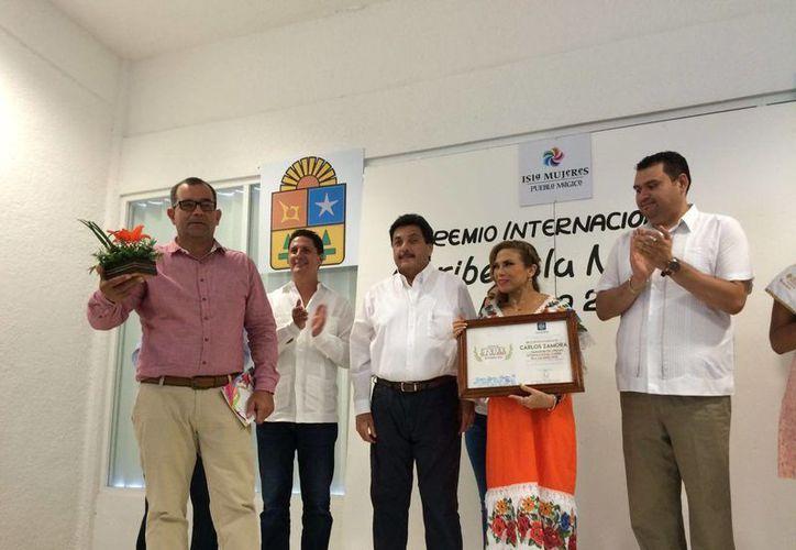 El poeta cubano Carlos Zamora Rodríguez recibió el Premio Internacional Poesía Caribe-Isla Mujeres. (Luis Soto/SIPSE)
