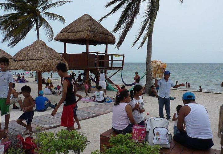 Playa del Niño estuvo abarrotado como en fin de semana. (Jesús Tijerina/SIPSE)