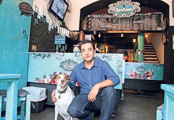 Desde 2014, Mauricio, quien se autonombra como traficante del sabor, ofrece los primeros helados en la ciudad preparados para los perros. (Vanguardia).