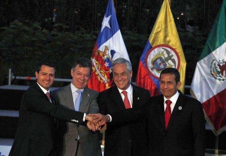 Los presidentes de México (Peña Nieto), Colombia (Jose Manuel Santos), Chile (Sebastian Pinera) y Peru (Ollanta Humala) en la Cumbre del Celac. (AP)