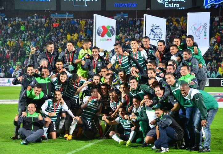 El único título que obtuvo Santos Laguna en 2014 fue la Copa MX, y con eso le alcanzó para estar entre los mejores 58 clubes del mundo, según la Iffhs. (Foto de archivo de Notimex)